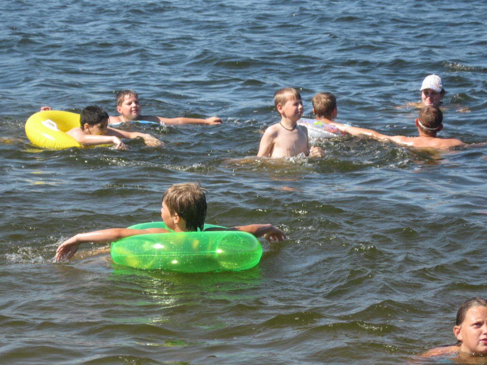 Фото детей которые купаются
